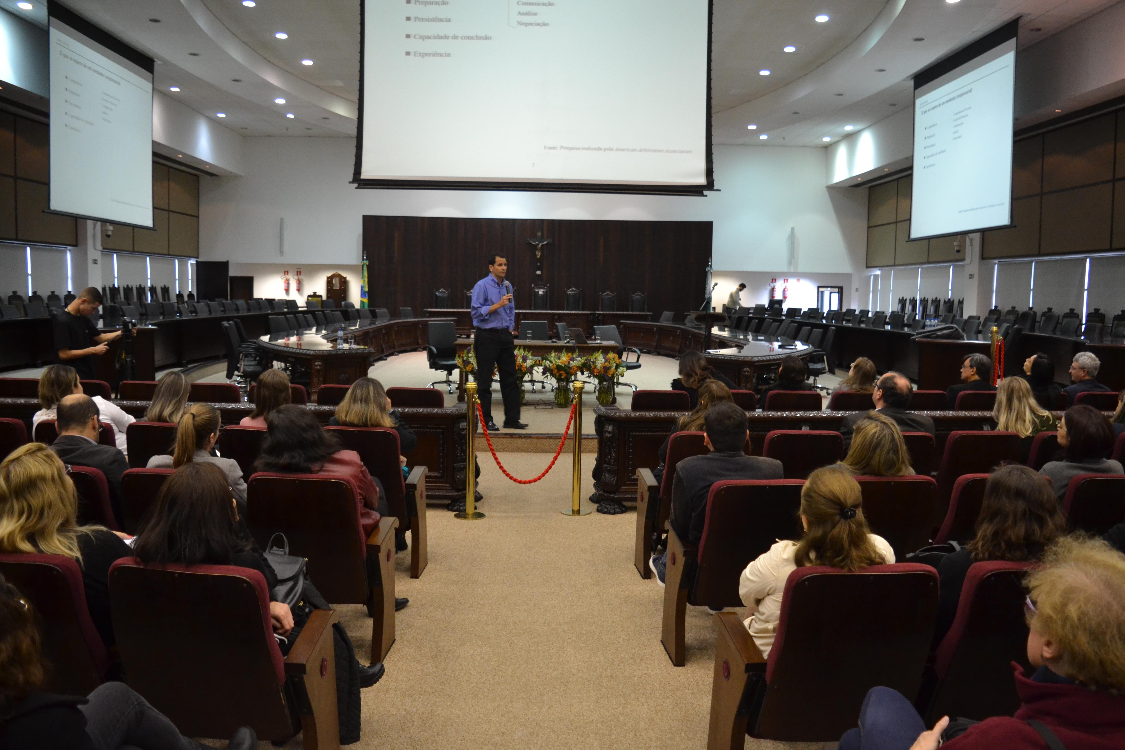 Magistrados e Servidores do TJPR participam de palestra sobre mediação