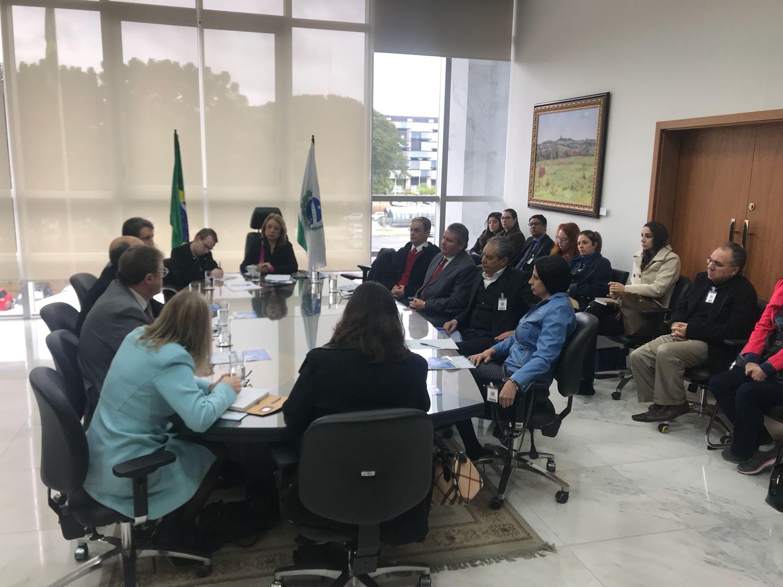 Magistrados e especialistas em saúde se reúnem no TJPR para tratar da judicialização na área