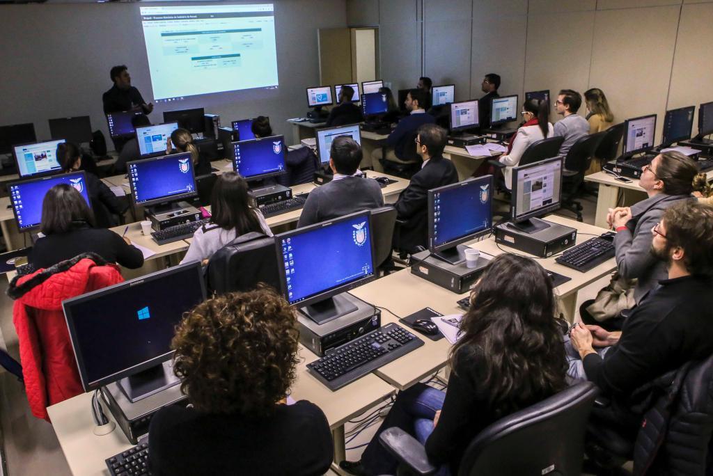 Servidores de gabinetes de Desembargadores são treinados para a utilização da Sessão Digital. Foto: IRWL