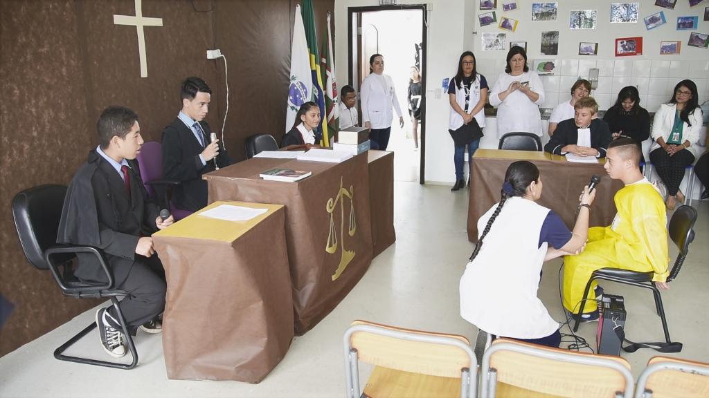 Estudantes aprendem noções de justiça realizando Júri Simulado