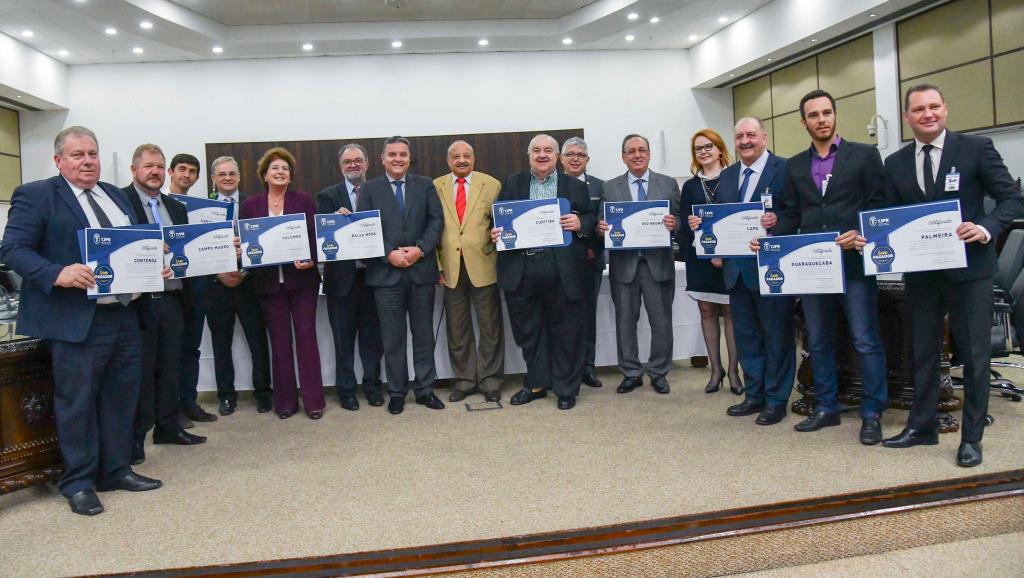 """TJPR entrega o """"Selo Bom Pagador"""" a 17 municípios de Curitiba e região"""