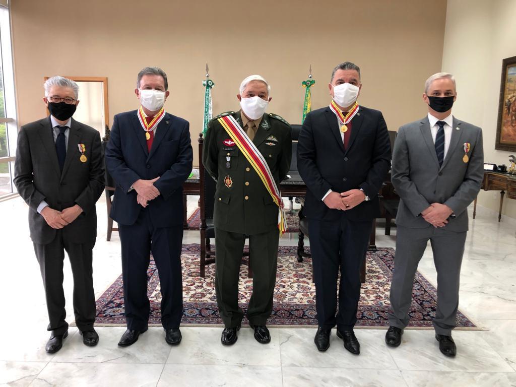 Magistrados paranaenses recebem condecoração da Justiça Militar